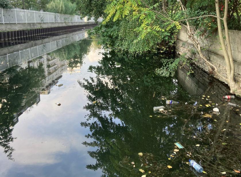 pollution de l'eau déchets flottants à pairs